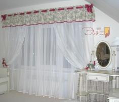 Свежесть цветка в орнаменте портьеры, дополненная романтичной лентой с нежным бантом цвета фуксии.