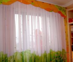 Взору ребенка на окне может открываться не просто красивое полотно штор, а настоящие картины со сказочными или мультяшными персонажами.