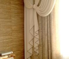 Декоративные портьеры из итальянского шелка украшены бейкой в цвет основных портьер.