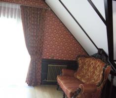 Прекрасно подобранные обои и жаккардовая ткань усиливают впечатление от классического стиля.