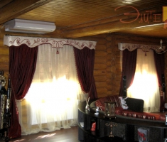 Гладкий ламбрекен, украшенный декоративным шнуром.