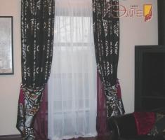 Подхваты на портьерах выгодно демонстрируют двухстороннюю ткань с жакардовым переплетением.