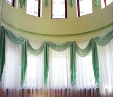 Сваги и каскады- неизменные приемы декорирования в классичнеском интерьере.