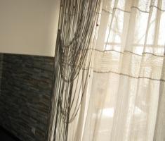 Портьера на петлях, выполненная из замшевой тесьмы с продетыми бусинами. Оригинальна и эксклюзивна.